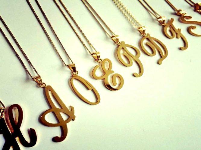 Las iniciales en los collares volvieron como moda