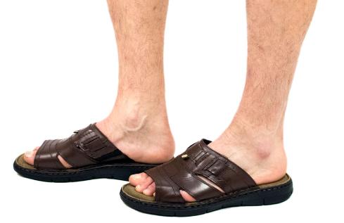 sandalias planas para hombre